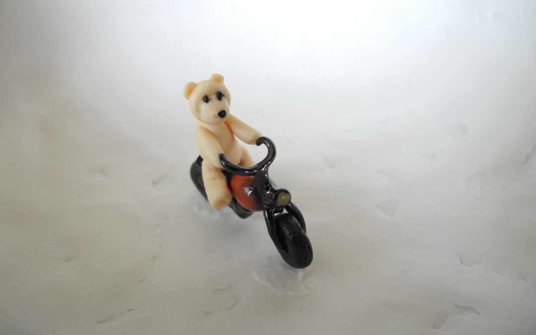 Story bowl with a teddybear on a red motorbike